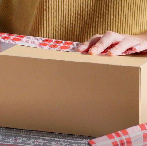 składanie nad papierem do pakowania