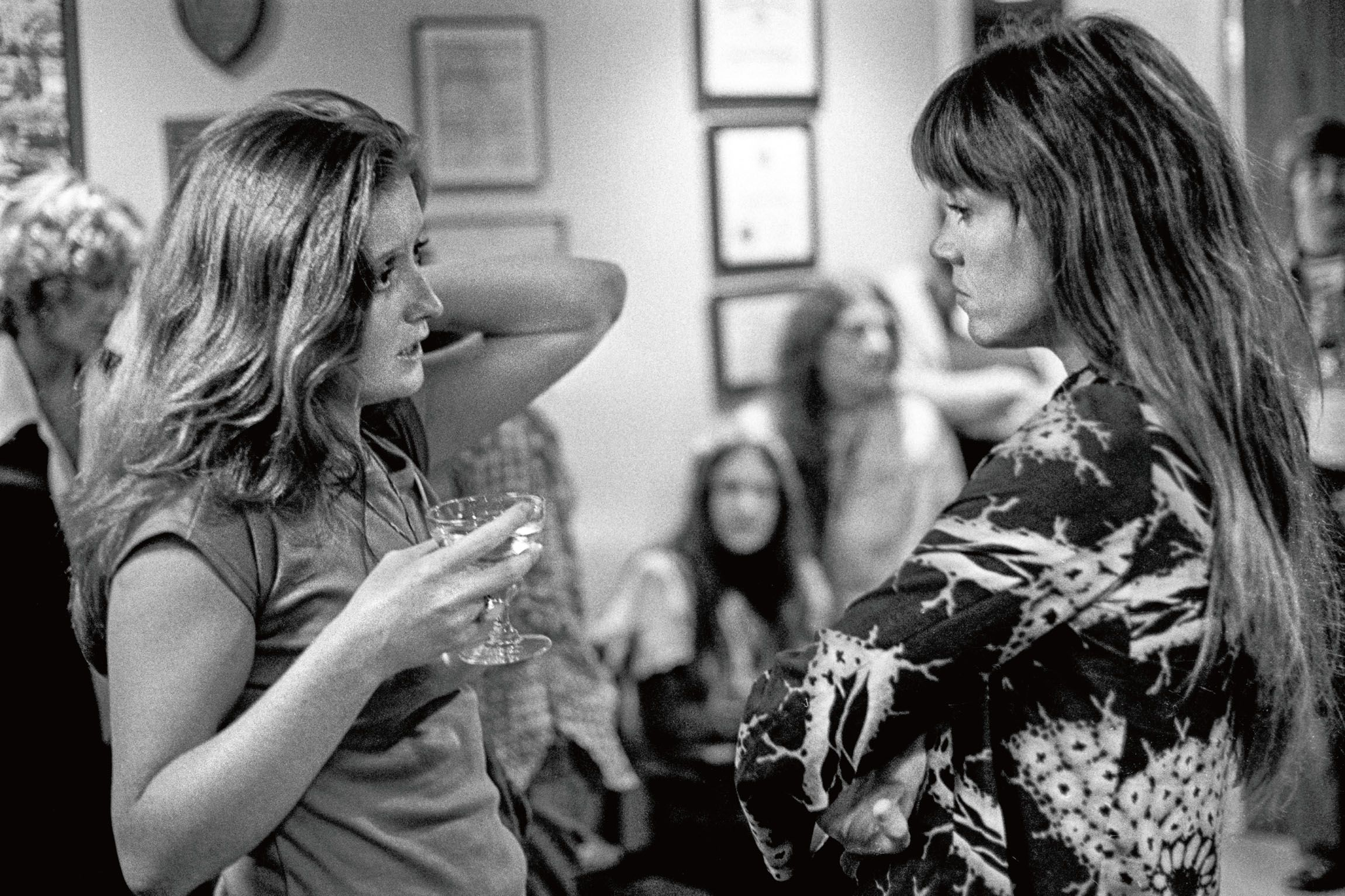Bonnie Raitt speaks with Jane Fonda after her performance at a campaign fundraiser in 1976.