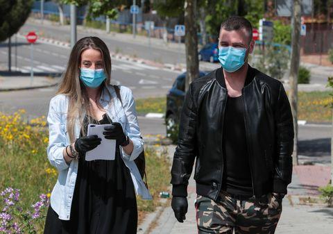 fonsi nieto y marta castro, con mascarilla y guantes, salen de una revisión médica por el embarazo de ella