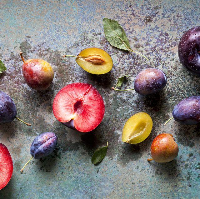 「果物や野菜には、心臓病や脳卒中、一部のがん、慢性呼吸器疾患、糖尿病、肥満のリスクを軽減する化合物が含まれており、健康の専門家たちが食べるように推奨している理由の一つでもあります」と語る、登録栄養士のフランシス・ラージマン=ロス氏。他にも、健康的に長生きするために食事に取り入れたい食材をチェック。