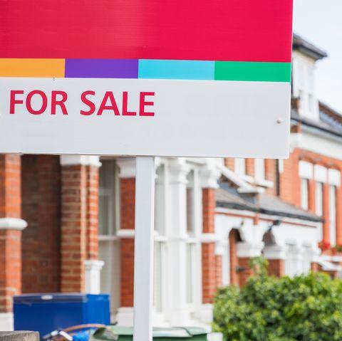 À vendre agent immobilier signe affiché à l'extérieur d'une maison mitoyenne à crouch end, Londres