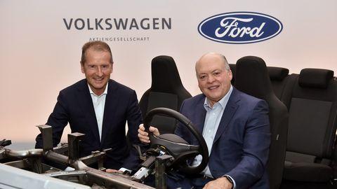 Ford CEO Jim Hackett y Volkswagen CEO Herbert Diessalianza vehículos eléctricos y autónomos