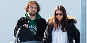 Elena Furiase y Gonzalo Sierra con el pequeño Noah