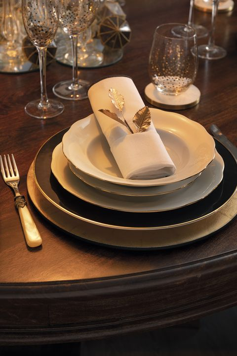 Dishware, Plate, Napkin, Table, Tableware, Platter, Serveware, Restaurant, Cutlery, À la carte food,