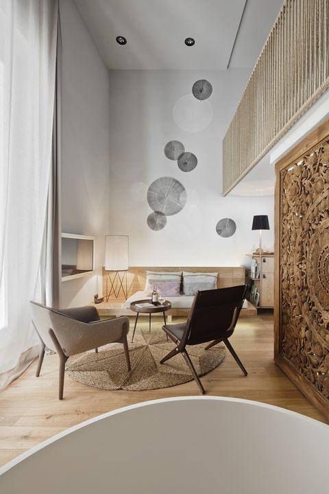 Habitación del hotel con paredes decoradas