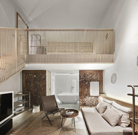 Habitación con doble altura y baño al fondo