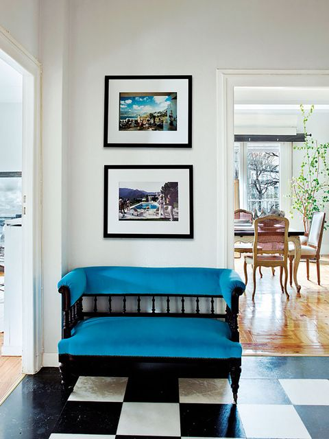 ideas decorativas para paredes   fotografías enmarcadas en el recibidor sobre un banco en azul