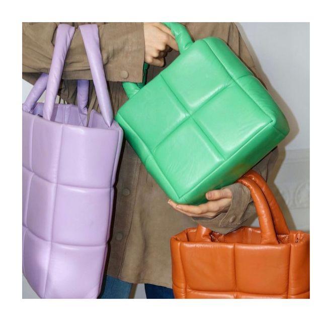 まだまだ暑い日が続くけれど、そんななかでも気になるのが2021年秋冬のトレンドバッグ。今年の秋冬は、引き続きほんのりレトロなエッセンスや遊びゴコロのあるデザインが人気のよう。気になるブランドから最新トレンドバッグをお届け!