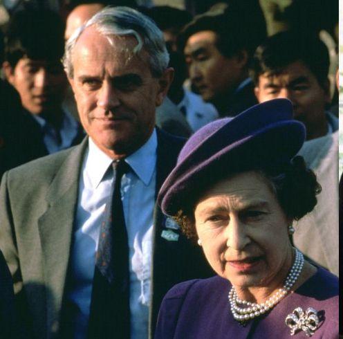 約8年間エリザベス女王に仕えてきたマイケル・シェイ。王室報道官として、数々のスキャンダルに対応し、英王室を陰で支えてきました。しかし、とある事件がきっかけで辞任せざるを得ない状況に――。本記事では、気になる真相や、謎に包まれた彼のプロフィールを探るべく、元王室報道官のマイケル・シェイを知る5つの事実をご紹介します。