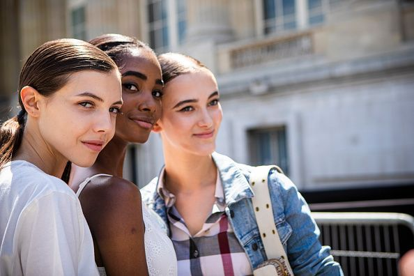 3 chicas posan sonrientes al sol para ilustrar un tema sobre fotoprotectores solares isdin