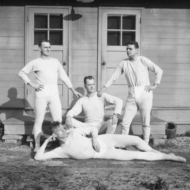 hombres con long johns o calzoncillos largos