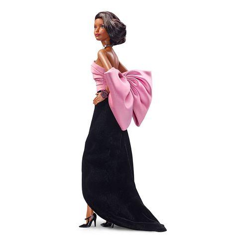 芭比公司紀念「時尚大師」YSL 聖羅蘭,把他最經典的三個秀款設計做成限量芭比娃娃,必須收藏啊!