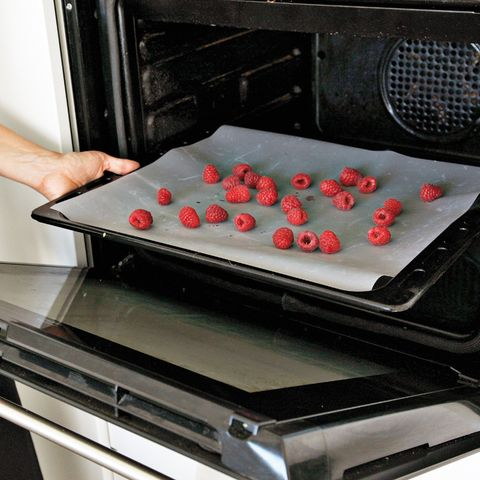 Cooktop, Gas stove, Food, Stove, Kitchen stove, Kitchen appliance, Sheet pan, Baking, Table, Cuisine,