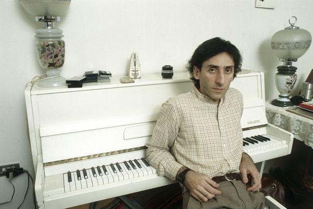 franco battiato sentado delante de un piano blanco 1981