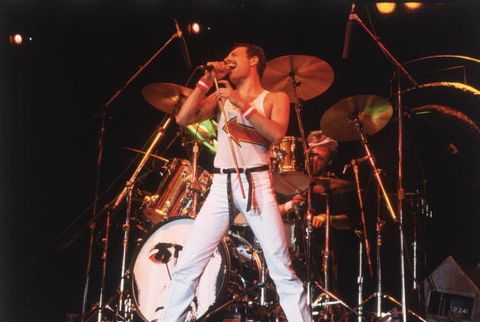 ライブで歌うクイーンのフレディ・マーキュリー