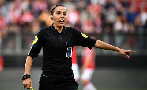 primera mujer en arbitrar en la ligue 1 de francia