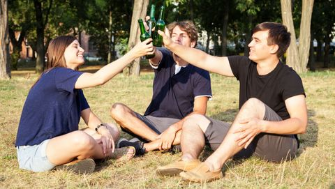 vrienden proosten met bier