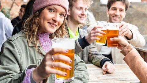 Vrienden drinken bier