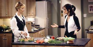 Friends' Phoebe en Monica in een keuken met groenten.