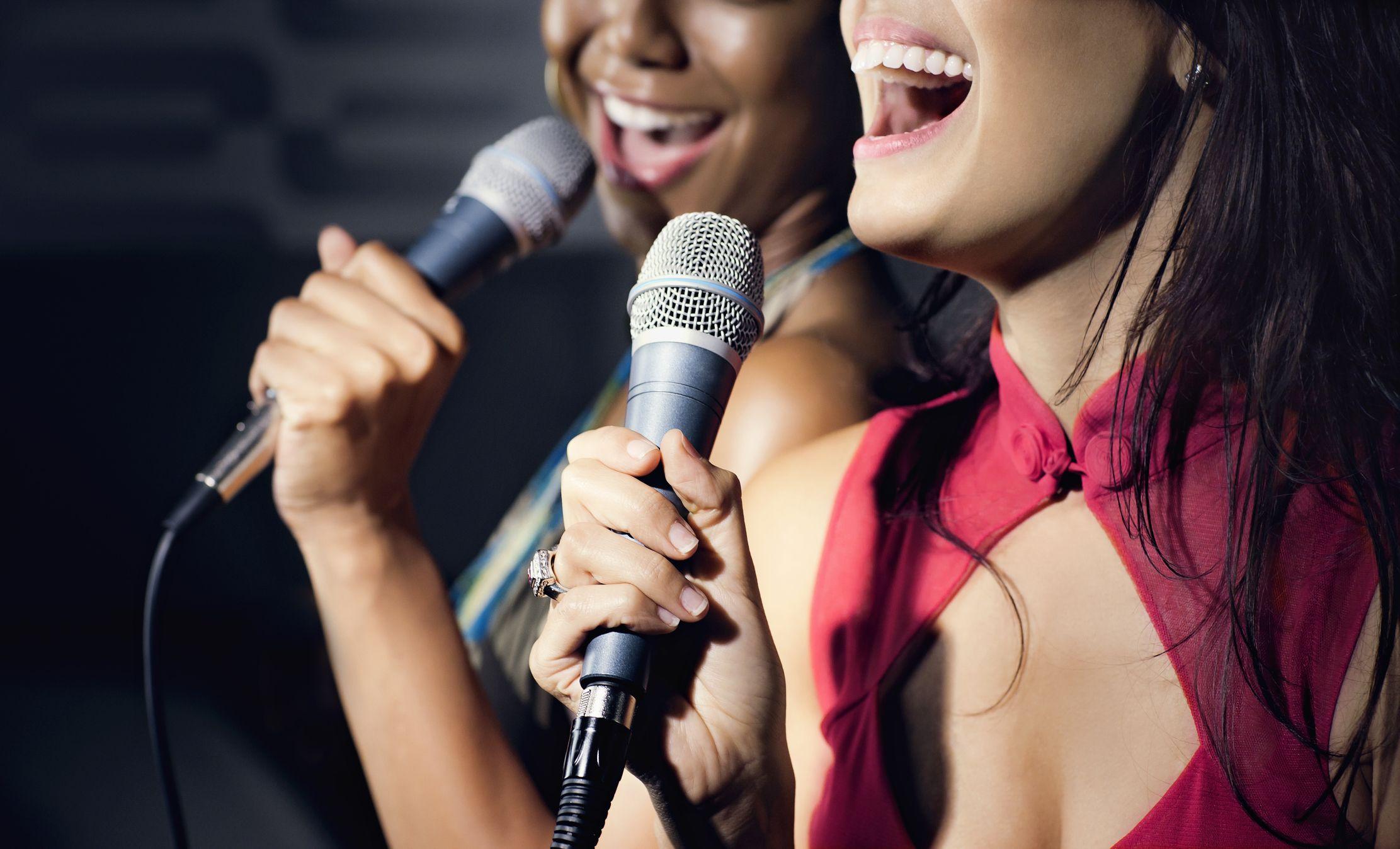 приятели, пеещи караоке в нощен клуб