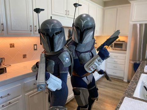 dos aficionadas a star wars, en la cocina de su casa, disfrazadas del personaje de bobba fett, estilo casero