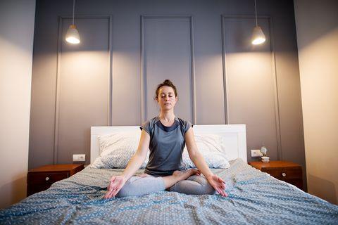 15分鐘睡前「助眠瑜伽」!478呼吸法、嬰兒式,有感提升睡眠品質(內附助眠音樂歌單)