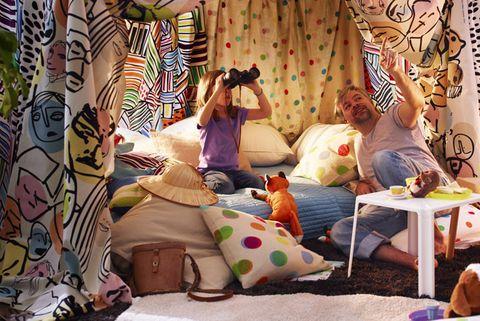 fuerte de sábanas en el salón