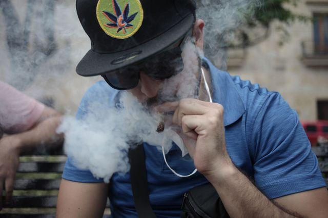 un mexicano fuma cannabis