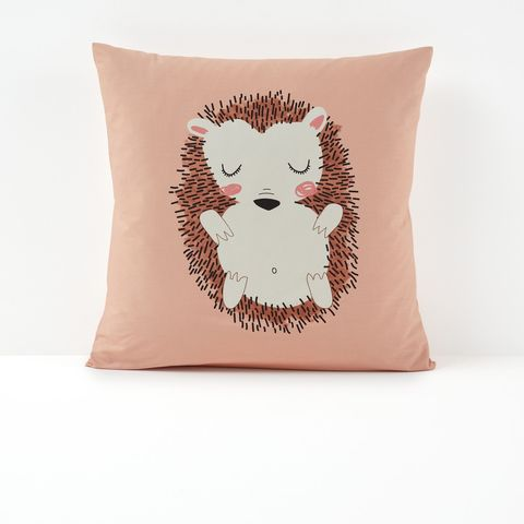 funda de almohada rosa con el dibujo de un erizo