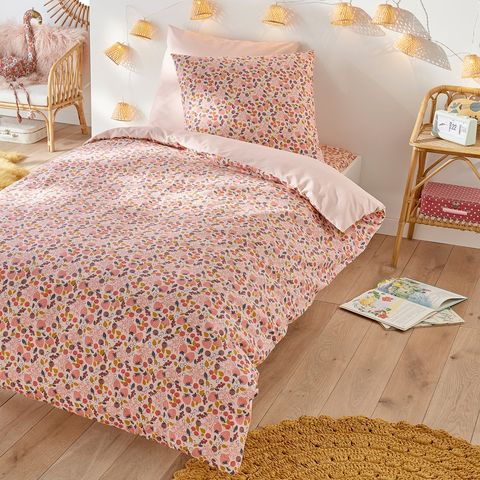 funda nórdica con dibujos de fresas en tonos rosas