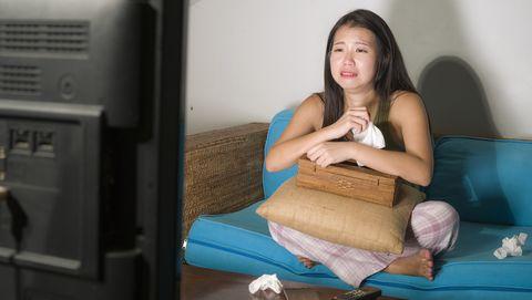 emotionele vrouw voor de tv