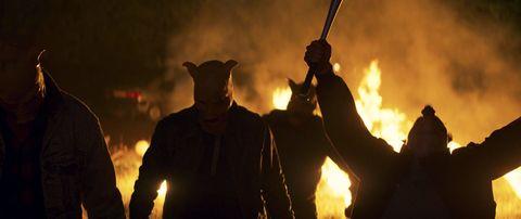 imagen de la pelicula furia, de netflix, en la que vemos a unos enmascarados y fuego de fondo