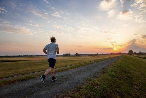 hardlopen alleen landschap ondergaande zon