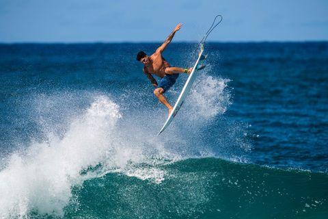 gabriel medina surfea la ola off the wall en haleiwa, hawai, usa