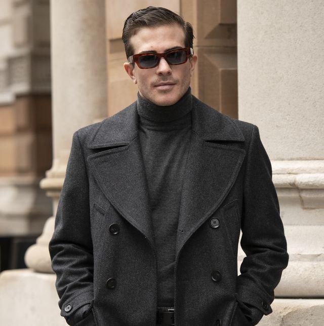 hombre con abrigo y jersey de cuello vuelto y gafas de sol