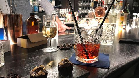 Drink, Brunch, Bar, Table, Distilled beverage, Food, Glass, Wine, Restaurant, Apéritif,