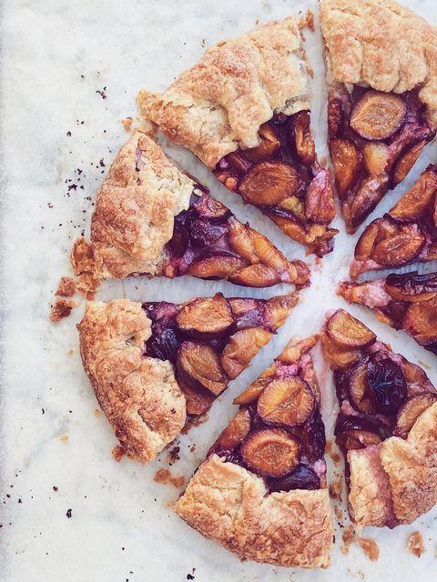 Questa torta di prugne fragrante diventerà il vostro asso nella manica dell'estate, e si prepara così