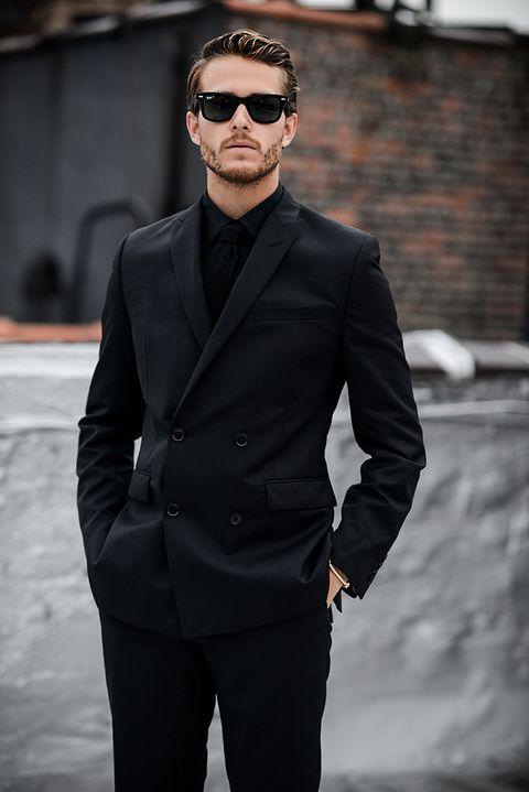 3853ec408746d Cómo combinar una camisa negra sin parecer un mafioso de pacotilla
