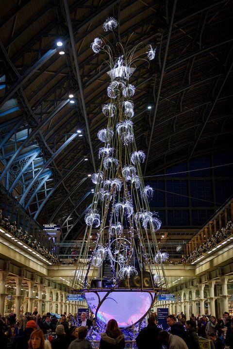 Lighting, Crowd, Architecture, Tree, Christmas tree, Christmas, Light fixture, Night, Interior design, City,
