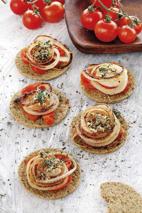 galletas de avena con cebolla y tomate