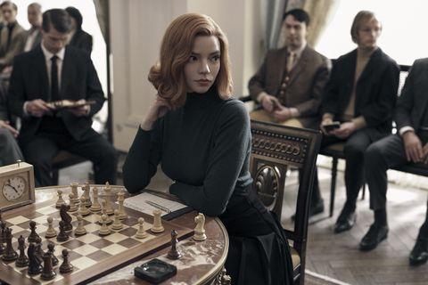 anya taylor joy frente a un tablero de ajedrez en la serie gambito de dama de netflix