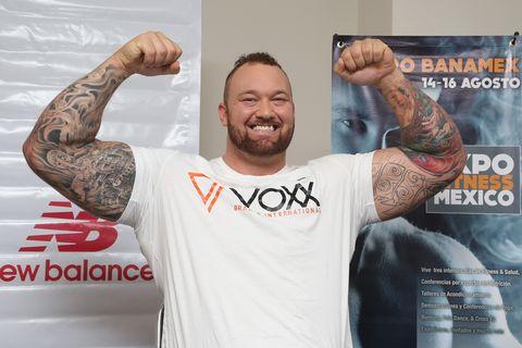 hafthor bjornsson boxeo y peso muerto en su entrenamiento