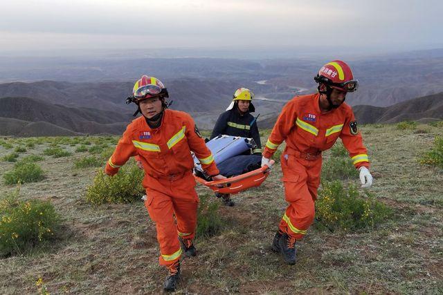 los equipos de rescata tratan de ayudar a los corredores de una prueba de trail en la que murieron al menos 20 competidores en la provincia de gansu en china