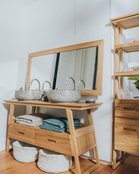 ambiente de baño rústico con espejo horizontal de madera, de gato preto