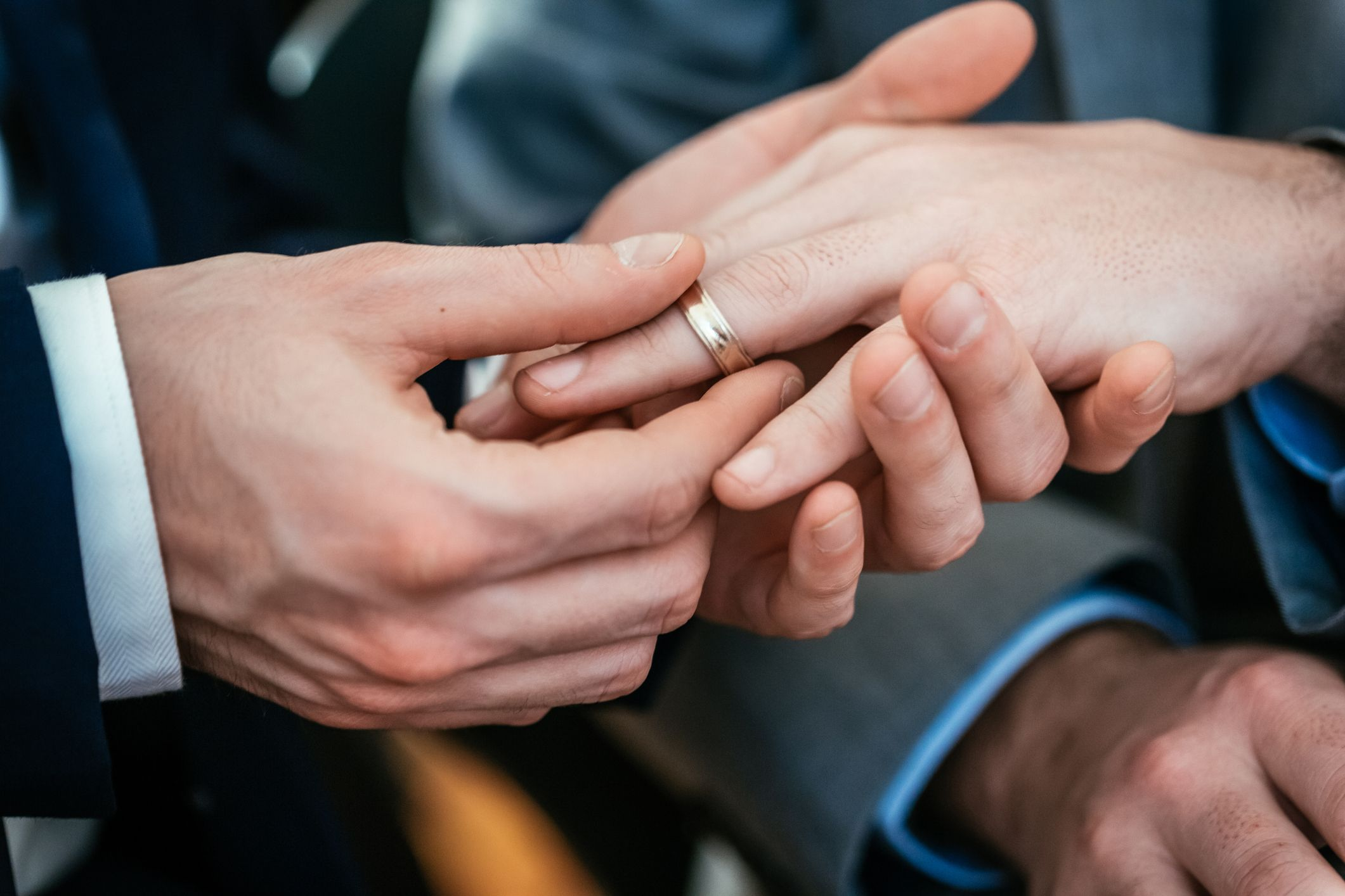 marié de mariage gay plaçant une bague sur son mari
