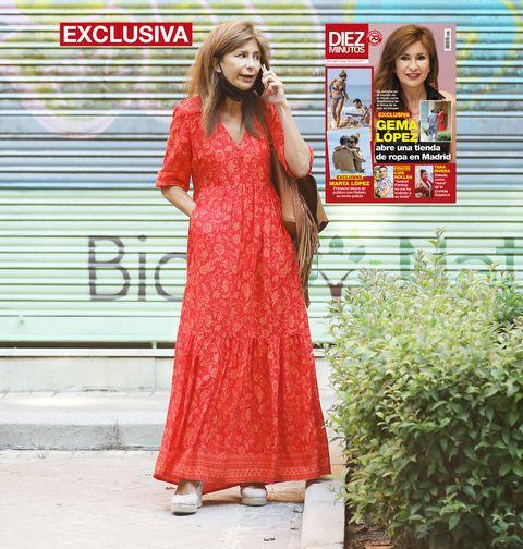 la periodista, con vestido roja, atiende el móvil en la portada de la revista diez minutos