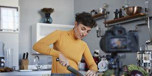 Vrouw aan het koken met geneeskrachtige kruiden
