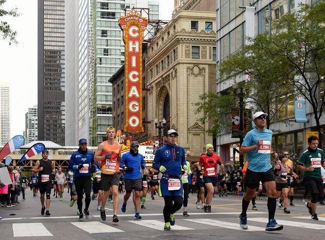 imagen de varios corredores del bank of america chicago marathon corriendo por las calles de chicago en 2019