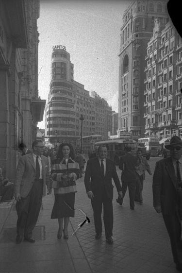 Sara Montiel y George Cukor en la Gran Vía de Madrid