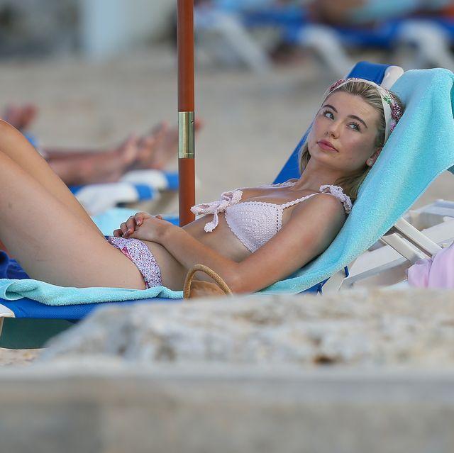 een vrouw ligt te zonnen op het strand op barbados